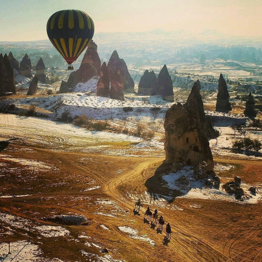 Gündoğumunda balonların eşliğinde atlı safari turu